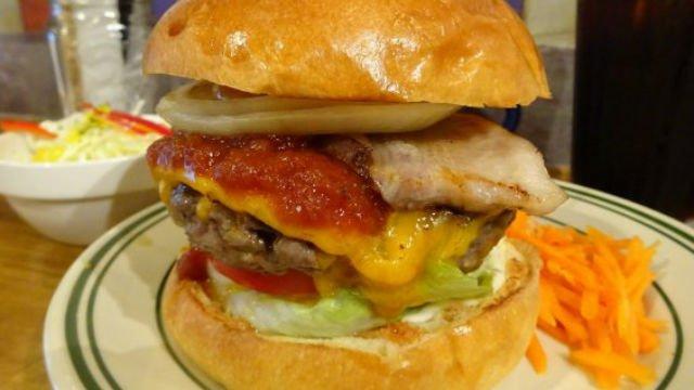 旨みの洪水に溺れそう!肉汁溢れる自信に満ちたベーコンチーズバーガー