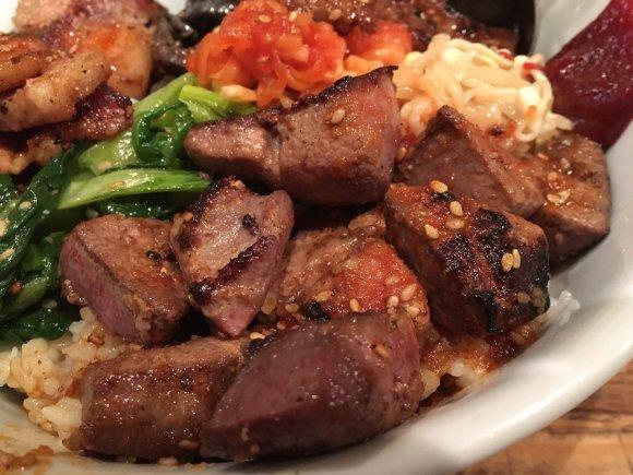牛+豚+レバー=究極丼!ホルモン居酒屋自慢のガッツリ肉どんぶり