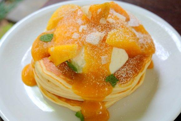 何度食べても感動してしまう!濃厚なマンゴーたっぷりの夏限定パンケーキ