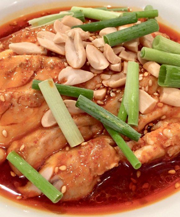 唐辛子と花椒がた~っぷり!箸が止まらない旨辛味の「天府ホルモン麺」