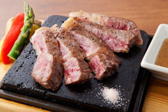 3000円でお肉もチーズも飲み放題も!お洒落な内装が魅力的な肉バル