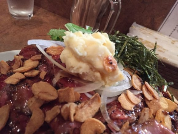 丼を覆うデカ盛り肉!オニオンガーリックダレが旨い大盛ローストビーフ丼