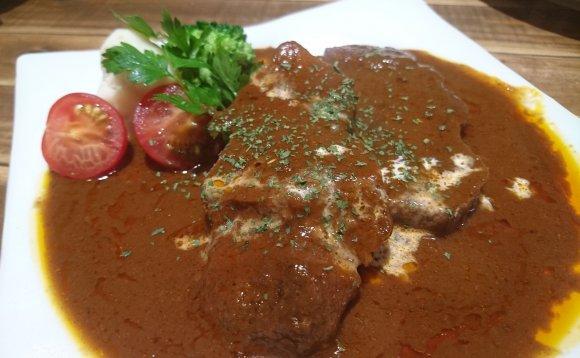 塊肉盛り合せにTVで紹介された牛タンシチューも!肉系居酒屋で肉三昧