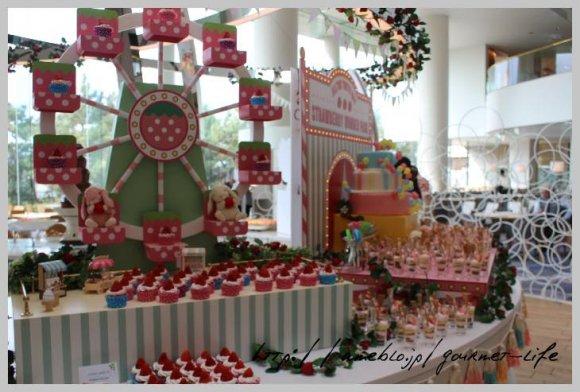 苺がいっぱい!レトロ遊園地がモチーフのストロベリーデザートビュッフェ