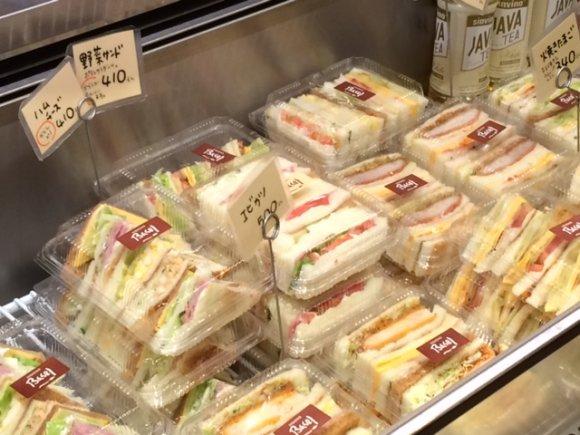 店内は常に満員!明太子フランスが大人気の地域一番店の老舗パン屋さん