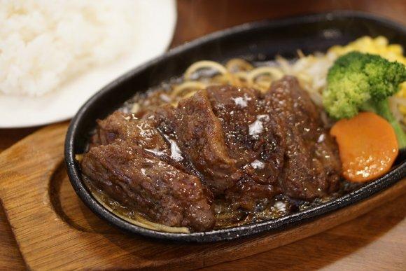 鉄板焼きの肉が食欲をそそる!長年愛される喫茶店の定食ランチ