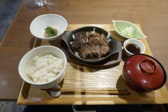 分厚くてウマい「厚切りトンテキ」!神田駅近くで味わうパワフル肉ランチ