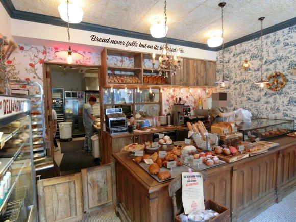 アメリカンな雰囲気が満載!ハンバーガー専門店が手掛ける路地裏のパン屋