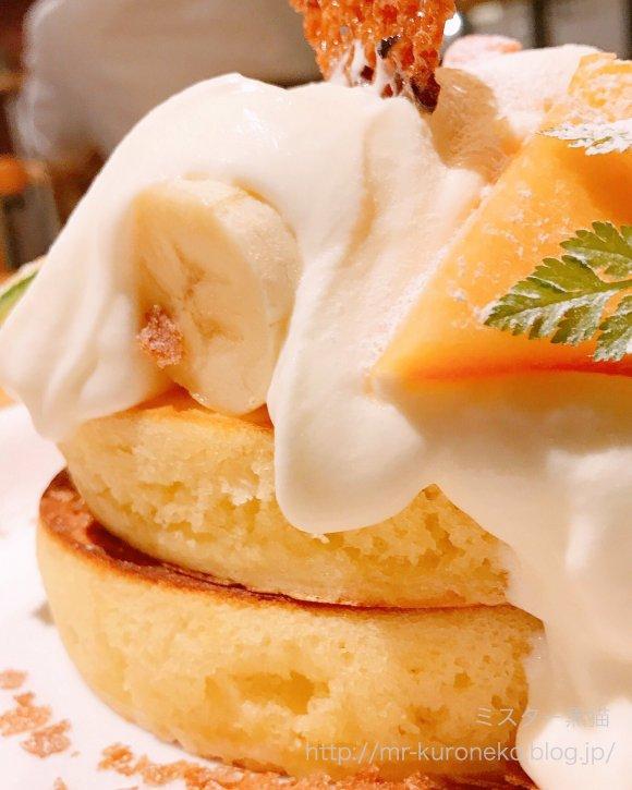 生地が見えないほど完熟メロンたっぷり!メロンごろごろ厚焼きパンケーキ