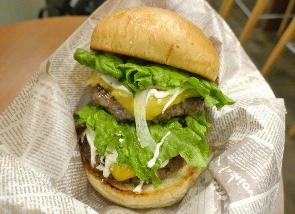 肉汁滴る黒毛和牛のパティが旨い!秋葉原で味わうボリューム満点バーガー