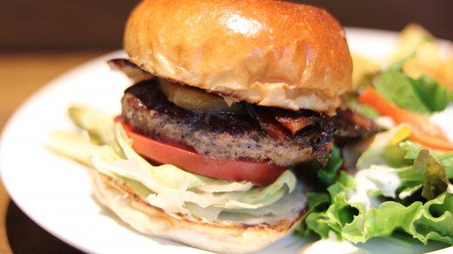 話題のグローバルゲートにオープン!行列のできる人気ハンバーガー専門店