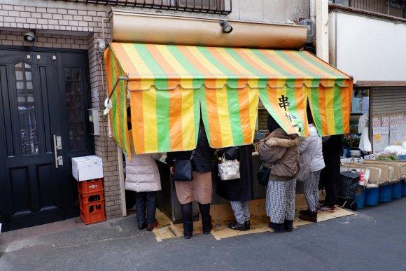 家族連れや女性がほとんど!神戸で愛され続ける「立ち食い串カツ専門店」