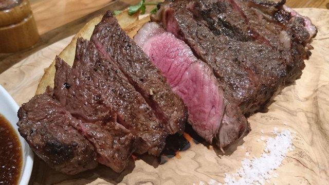 新宿駅直結!ホルモン・馬刺し・ステーキなど「ハシゴ肉」できる名店横丁