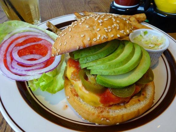 噛めば噛むほどコクのある味わい!飴色玉ねぎパティが人気のハンバーガー