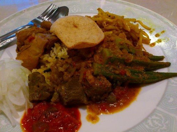 元バックパッカーの店主がアジア各地で出会った料理を振舞う店