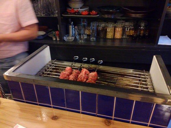 自家製の燻製と炭火焼が旨い!こだわりの肴が揃う、注目の「燻製バル」