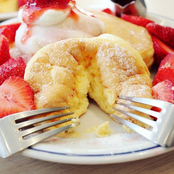 苺大福風トッピングが斬新!フリッパーズのあまおう苺盛り盛りパンケーキ