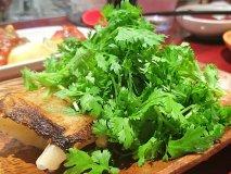 パクチー盛り盛り餃子も!池袋駅近の『アガリコ餃子楼』で餃子を肴に飲む