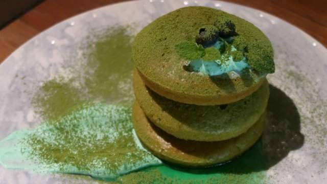 緑のパンケーキは3/17まで!ハイボールのセットもお得なレストラン
