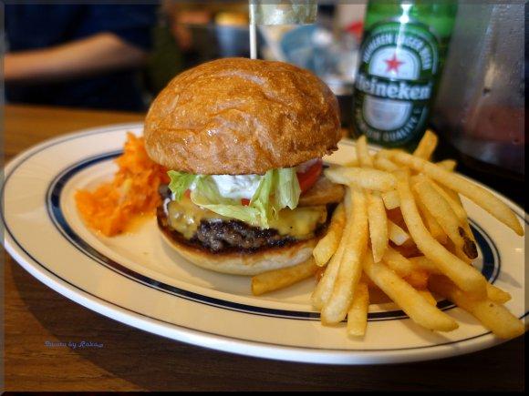 肉感たっぷりパティと自家製スモークベーコンが旨い注目のハンバーガー店