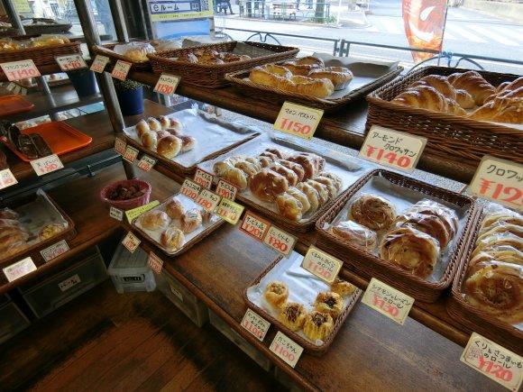 ガラス越しのパンが激しく美味しそう!つい吸い込まれてしまうパン屋さん