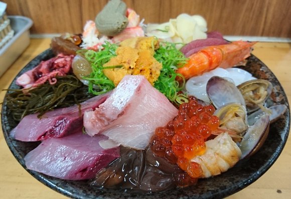 10種以上の海の幸が丼を埋め尽くす!大迫力の激ウマ海鮮丼