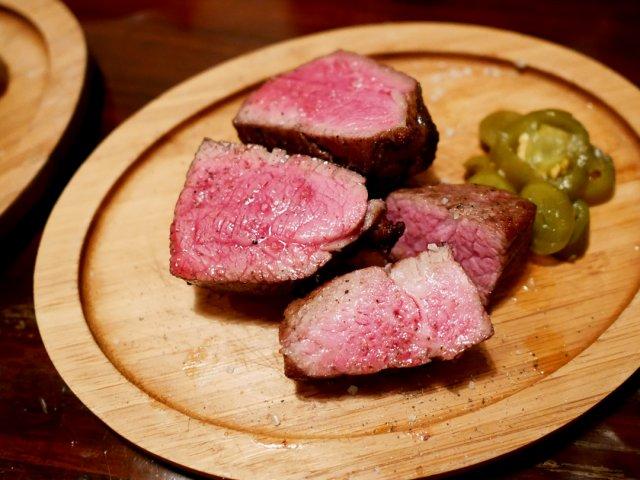 味だけでなく香りも楽しめる!薪窯でじっくり焼いた赤身肉が最高に美味い