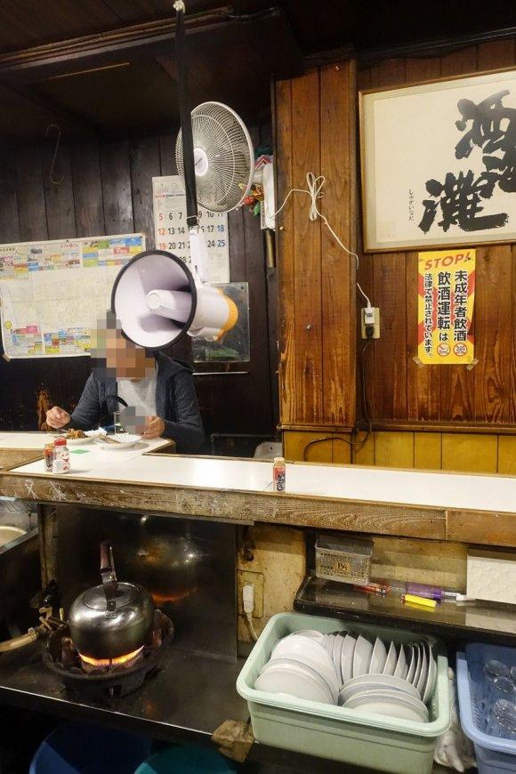 拡声器で注文!?お酒も串も安くてウマい昭和の雰囲気漂う焼鳥屋さん