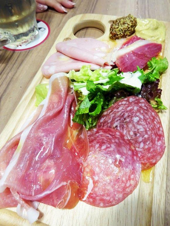 骨付きリブロースステーキにビーフマウンテン!肉屋の肉バルで夢の肉三昧