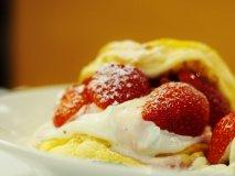 ふわとろ生地に大粒苺!メディアで話題沸騰中の新型パンケーキ
