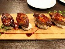おかわりしたくなるほど美味いフォアグラ寿司も!駅チカの使える肉バル