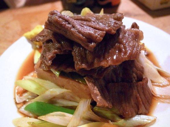 行列しても食べたい煮込みの名店!『岸田屋』では肉どうふも食べるべき