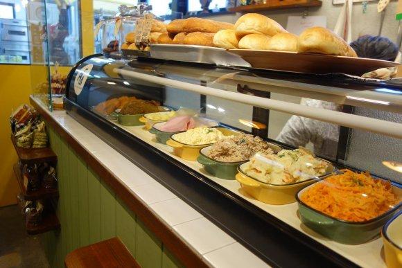お客さんが次々来店!好きな具が選べる人気のコッペパン専門店