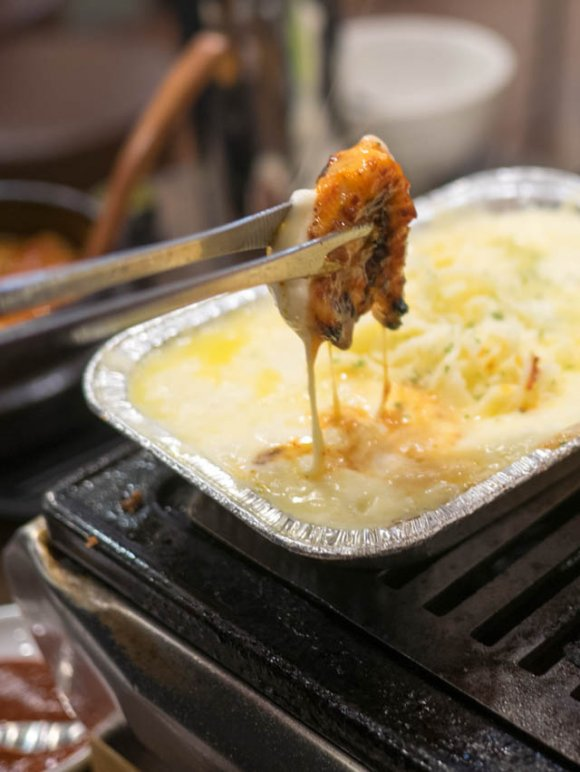 タレとチーズが絶妙のアシスト!芸能人御用達のバカうまい鶏焼肉専門店