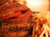 カレーソースをぶっかける!?ハンバーガーの概念を覆す新感覚バーガー