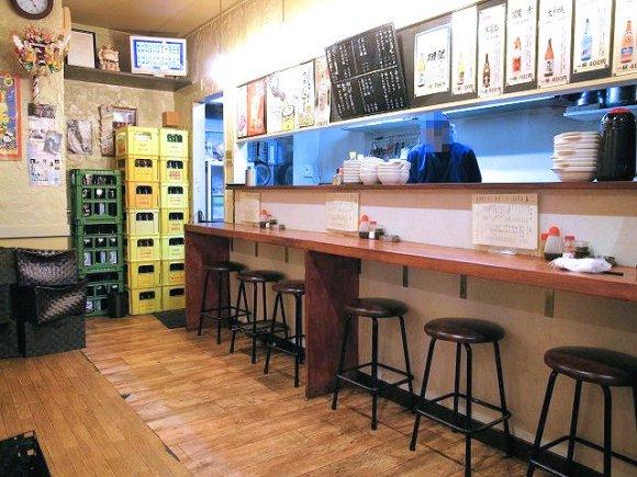 白味噌と赤味噌の煮込みが旨い!連日お客さんで一杯の飲兵衛に嬉しい店