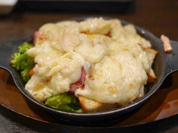 飲み放題で楽しむ絶品チーズと燻製料理!花畑牧場のラクレットもあるお店