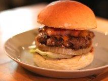 塊肉ゴロゴロ!ハンバーガーが肉々しく進化した名古屋のクラフトビアパブ