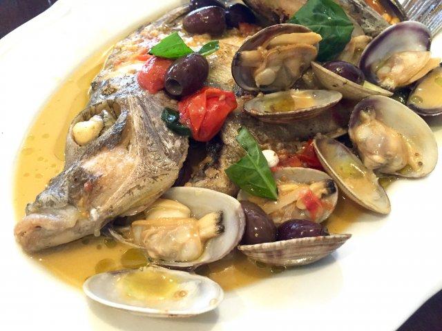 超ド迫力!魚まるごと一匹と山盛り貝類のアクアパッツァランチ