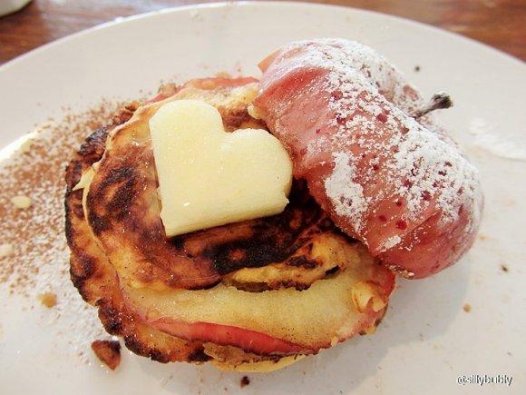りんご丸ごと1個!まるで焼き林檎なパンケーキが可愛過ぎる!