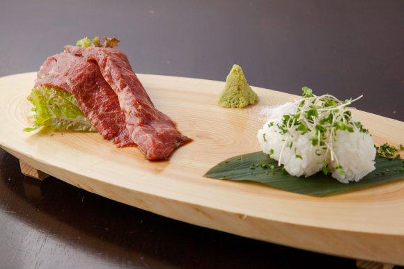 塊肉も肉寿司もデザートも!新宿で50種の食べ放題が驚愕の3200円