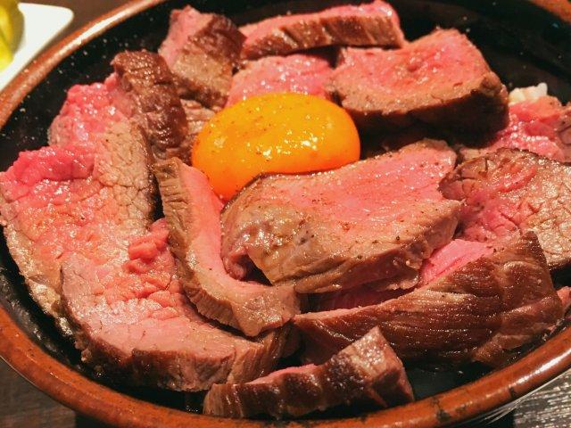 サラダ&スープおかわり自由!肉山プロデュースのお店でローストビーフ丼