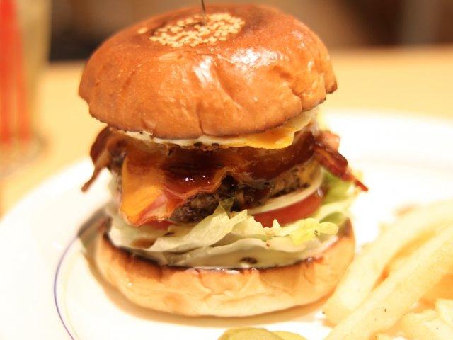 名古屋グルメバーガー文化の原点!肉汁が溢れだす「レイヤーズバーガー」
