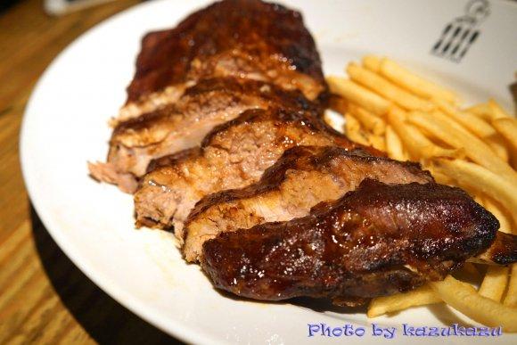皿からはみ出る肉塊も!ボリューム&インパクト大な肉料理に喰らいつけ!