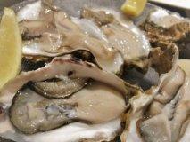 呑兵衛も大満足!1個110円の生牡蠣と肉も堪能できるワインビュッフェ