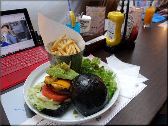 真っ黒バンズが衝撃的!期間限定Surfaceバーガー@渋谷