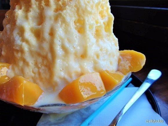 写真に納まらない大きさ!まるで氷山のような杏仁ミルクかき氷