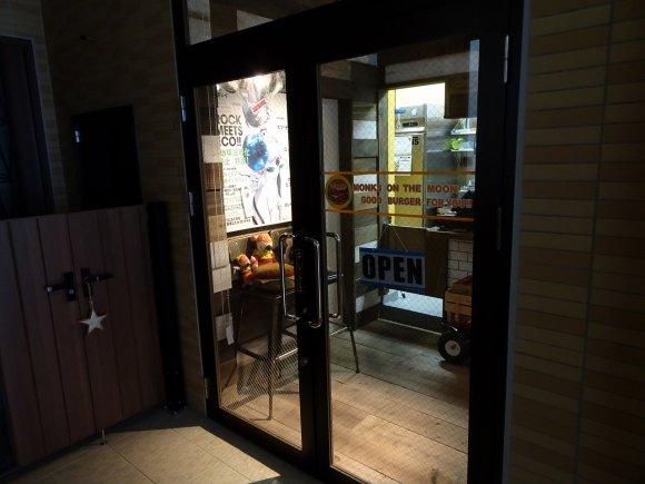 新店なのにハイレベル!こんがり焼かれた炭火焼バーガーが美味しい店
