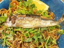 こんな焼きそば見たことない!魚が丸ごとトッピングされた唯一無二の一皿