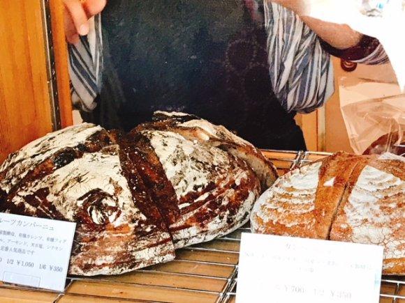 ランチはお値打ちなボリュームサンド!パン屋さん併設の人気カフェ